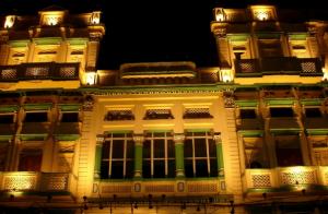 豪邸のライトアップされた画像