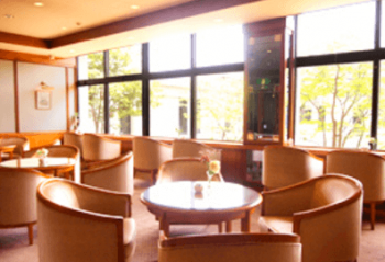メナード青山ホテルの明るく開放的なレストランの画像